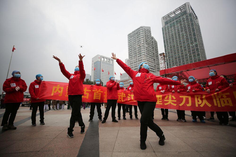 Les médecins d'un hôpital temporaire chinois célèbrent le départ des derniers patients (archive photo)