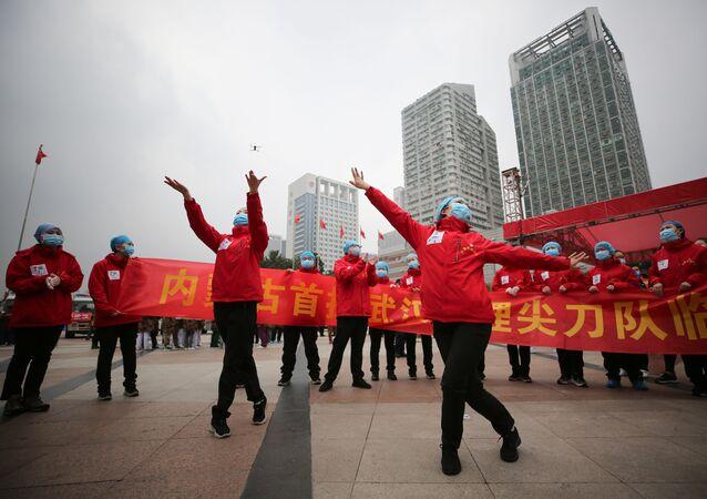 Les médecins d'un hôpital temporaire de Wuhan célèbrent le départ des derniers patients (archive photo)