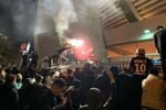 Les supporters du PSG célèbrent autour du stade, 11 mars 2020