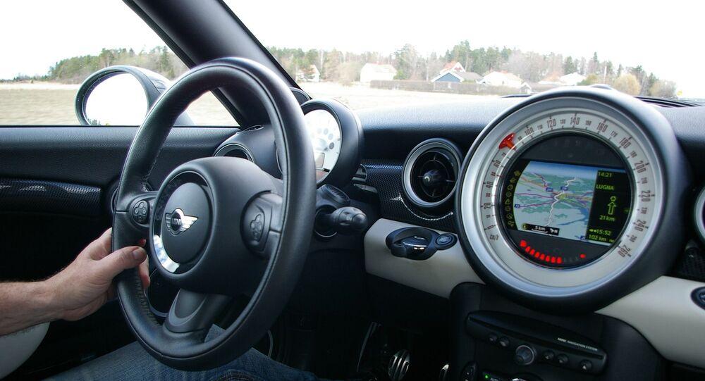 Un conducteur au volant d'une voiture, image d'illustration