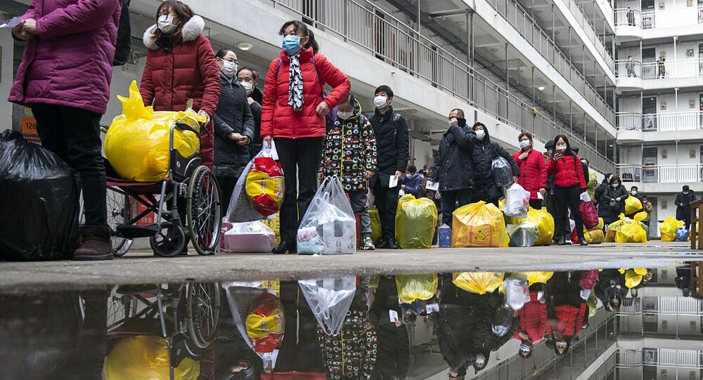 Des gens se préparent à quitter un hôpital après une quarantaine de 14 jours à Wuhan