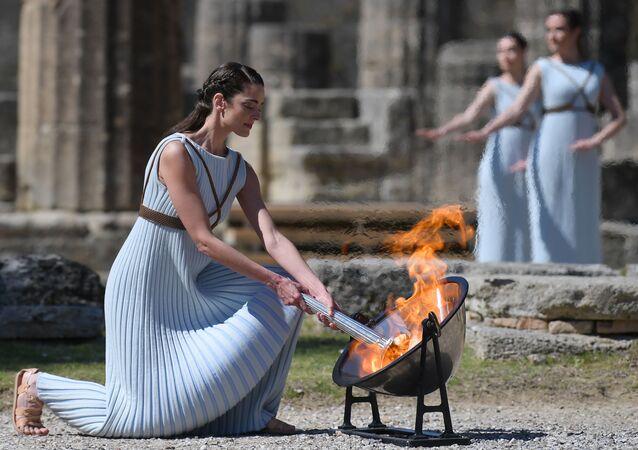la flamme olympique a été allumée en Grèce