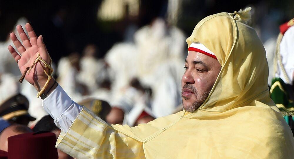 Le roi du Maroc Mohammed VI saluant la foule devant le palais royal de Rabat.
