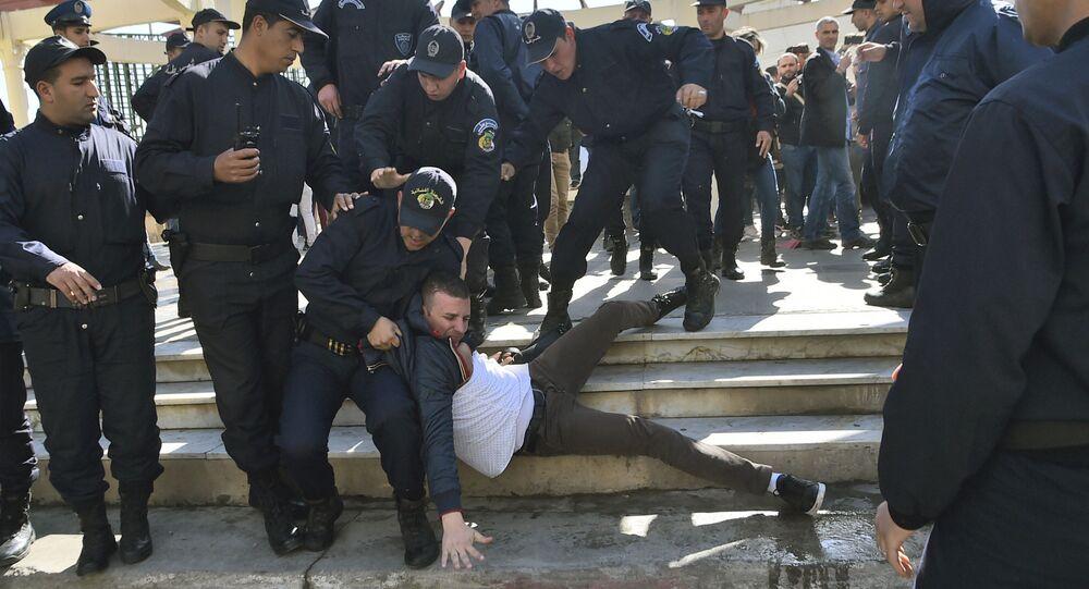 Arrestation de manifestant en marge d'une protestation organisée par des journalistes contre la censure, le 28 février 2019.