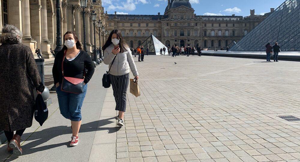 Covid-19: les gens portent des masques à Paris, 13 mars 2020