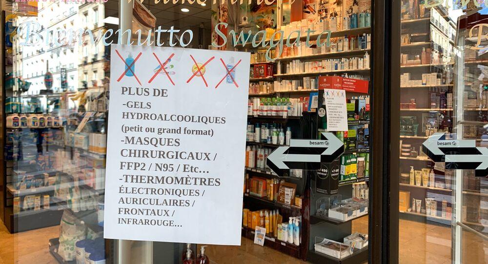 Annonce sur la façade d'une pharmacie, Paris, 13 mars 2020