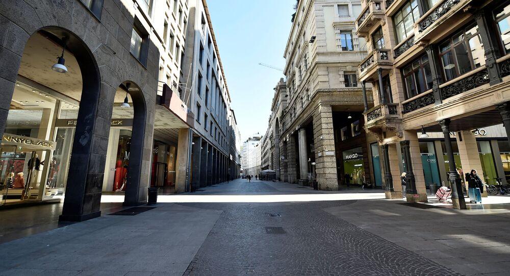 Une rue déserte de Milan touchée par l'épidémie du coronavirus Covid-19