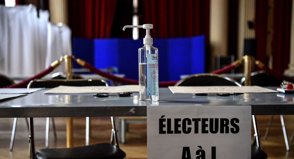 Un flacon de gel hydroalcoolique dans un bureau de vote (photo d'archives)