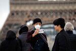 Un homme portant un masque médical à Paris (archive photo)