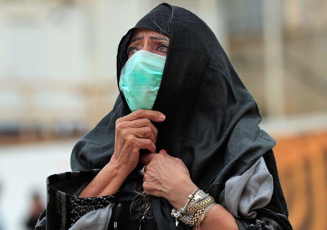 Una mujer con una mascarilla en Jerusalén