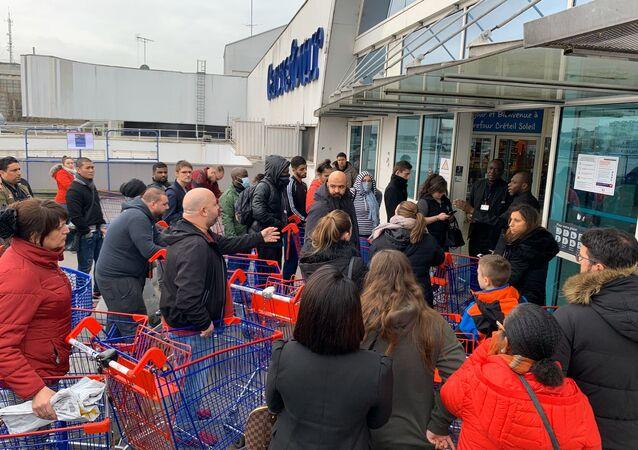 Une longue file d'attente se forme devant un hypermarché à Créteil