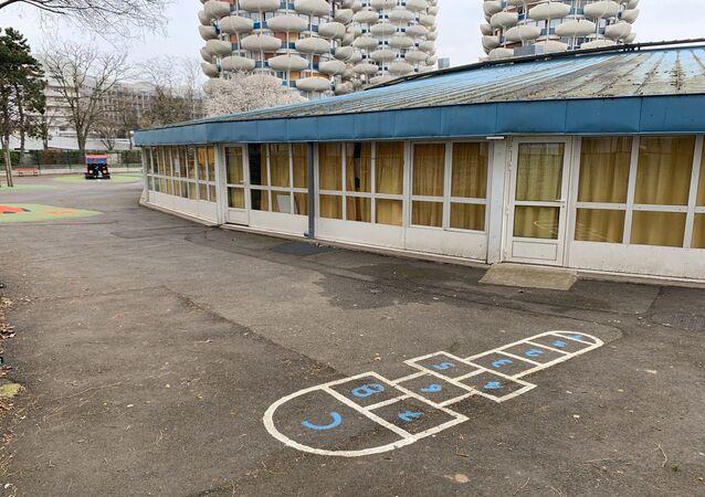 La cour d'une école désertée