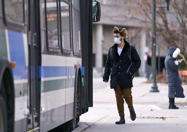 Un homme en masque dans l'Ontario (Canada), mars 2020