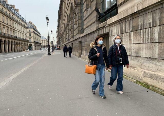 Des femmes portant des masques à Paris