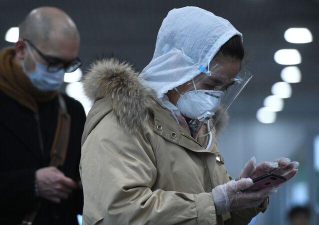 Des voyageurs portant des masques médicaux (archive photo)