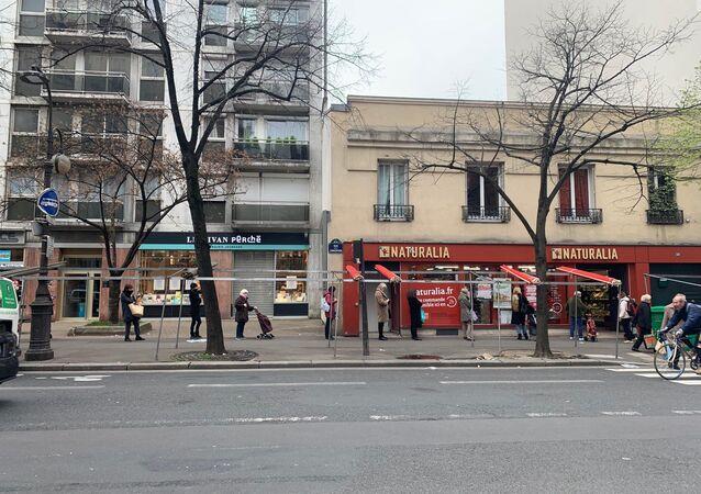 L'ambiance pré-confinement au marché de Convention dans le XVe arrondissement de Paris, 17 mars 2020