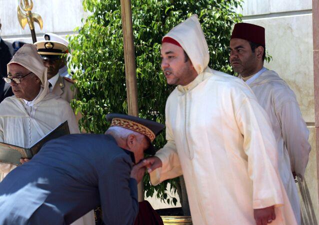 Le roi du Maroc Mohammed VI tend sa main à baiser au général Housni Ben Slimane.