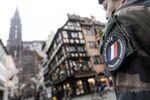 Un soldat français lors de l'Opération Sentinelle devant la Cathédrale Notre-Dame à Strasbourg