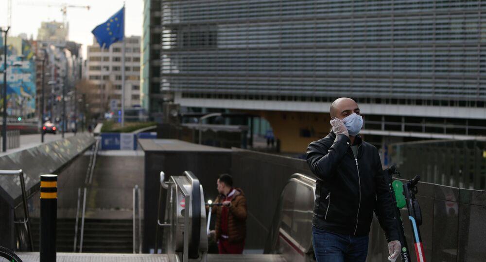 Un homme portant un masque de protection sort de la station de métro devant le bâtiment de la Commission européenne à Bruxelles, le 17 mars 2020.