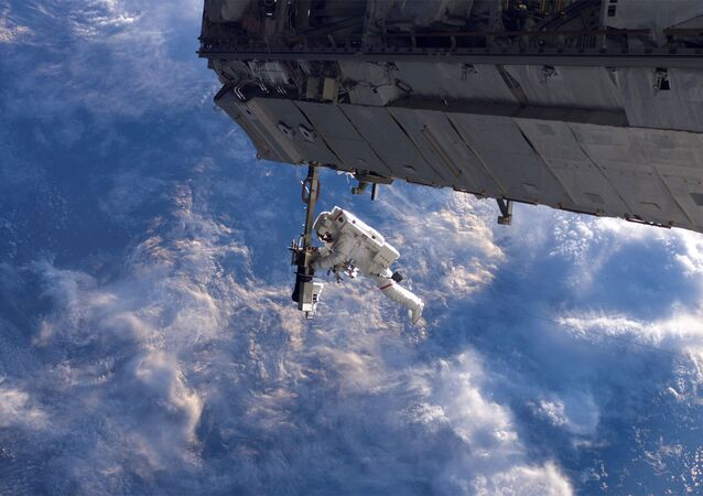 L'astronaute de la NASA Robert Curbeam au cours d'une sortie dans l'espace