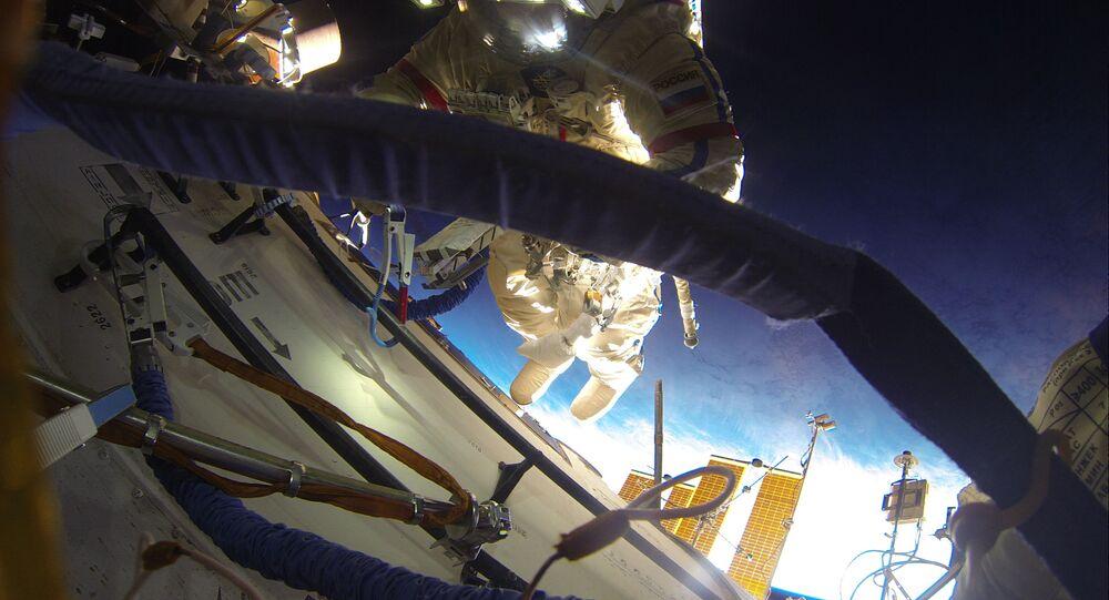 Un cosmonaute russe effectue une sortie extravéhiculaire
