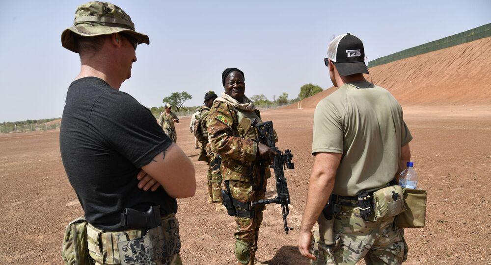 Un instructeur de l'US Army et un soldat malien en train de simuler un exercice antiterrorisme au Burkina Faso.