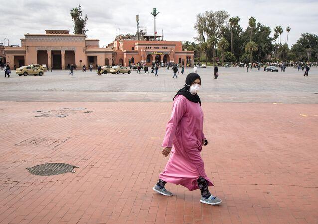 Une Marocaine traverse la place Jemaa el-Fna à Marrakech, désertée à cause de la pandémie de coronavirus.