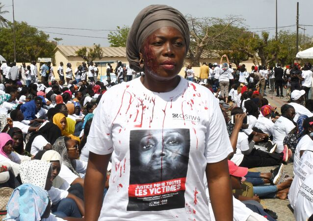Une femme manifeste contre les violences faites aux femmes à Dakar, le 25 mai 2019.