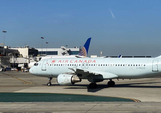 Un avion d'Air Canada sur le tarmac.