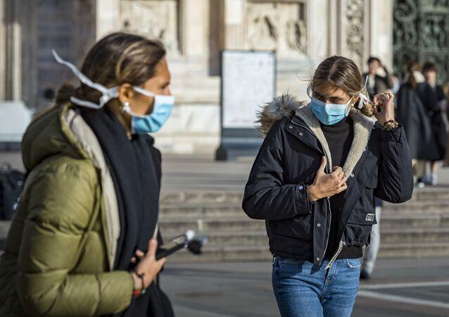 Jeunes femmes en masques à Milan