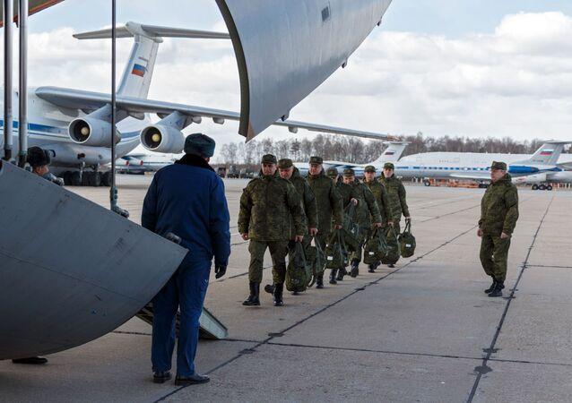 Des médecins militaires russes se préparent à prendre l'avion à destination d'Italie (archive photo)