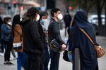 Une file d'attente devant l''institut hospitalo-universitaire Méditerranée Infection de Didier Raoult.