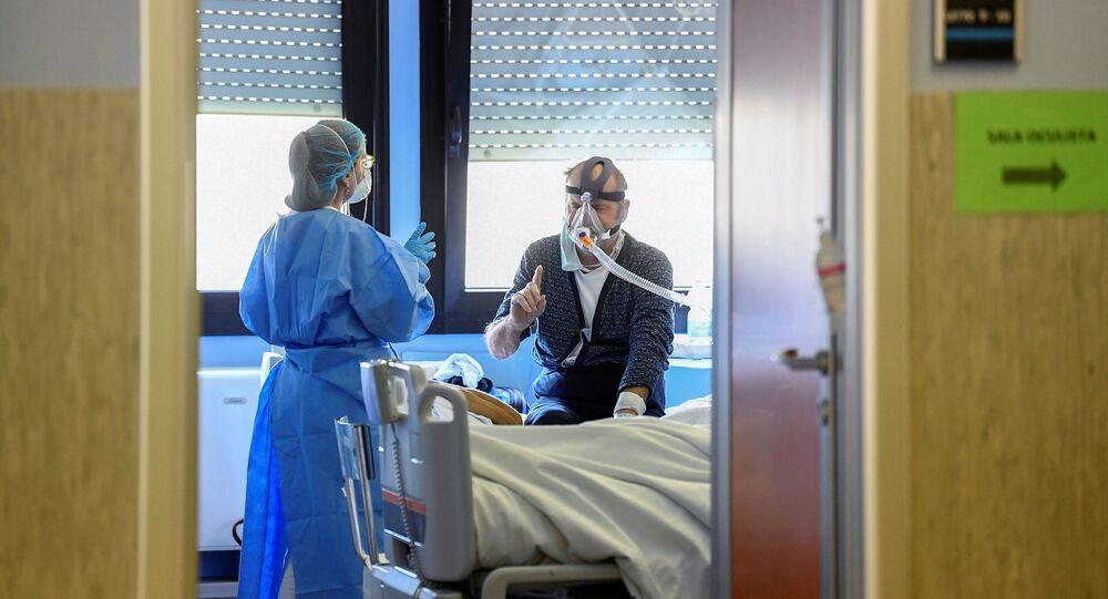 Un médecin et un patient souffrant du Covid-19 dans un hôpital de Crémone, en Italie