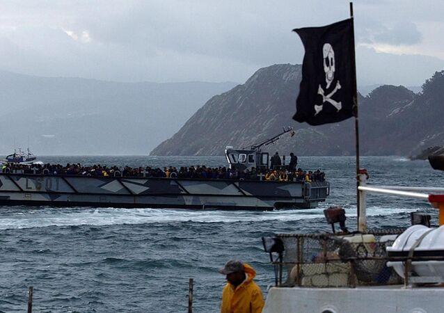 Un bateau avec un drapeau à tête de mort.