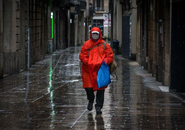 Un passant portant un masque à Barcelone