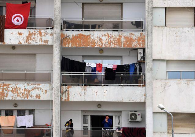 Un homme fume sur son balcon pendant le confinement à Tunis.