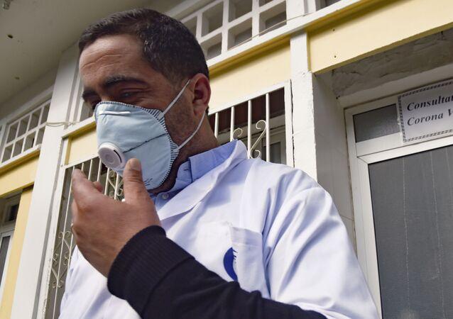 Un médecin algérien devant l'unité de consultation «Coronavirus» de l'hôpital El-Kettar à Alger.