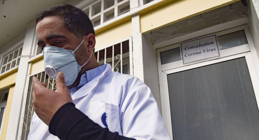 Un médecin algérien devant l'unité de consultation Coronavirus de l'hôpital El-Kettar à Alger.