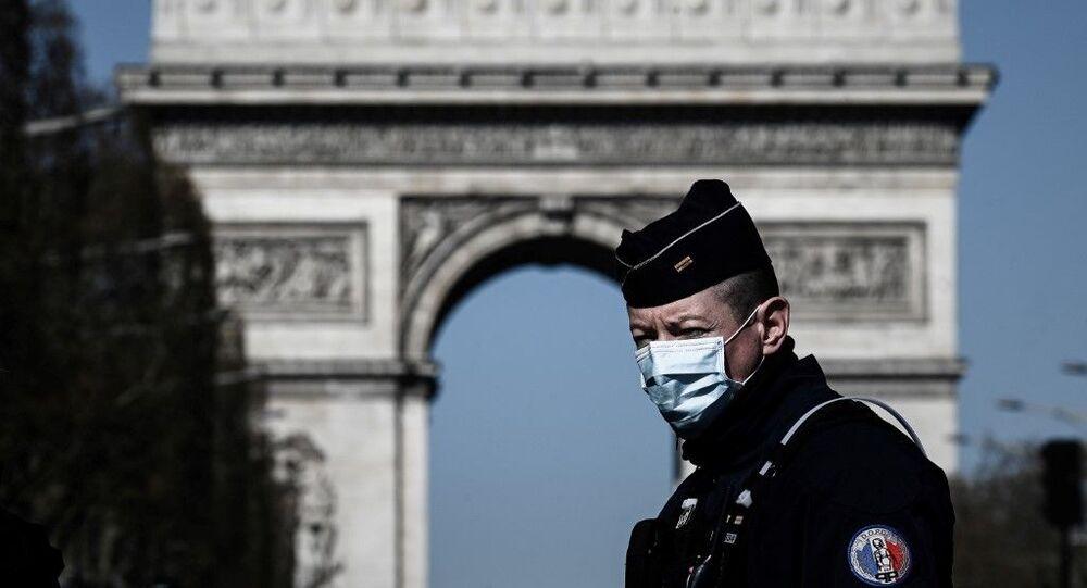 Policier portant un masque de protection