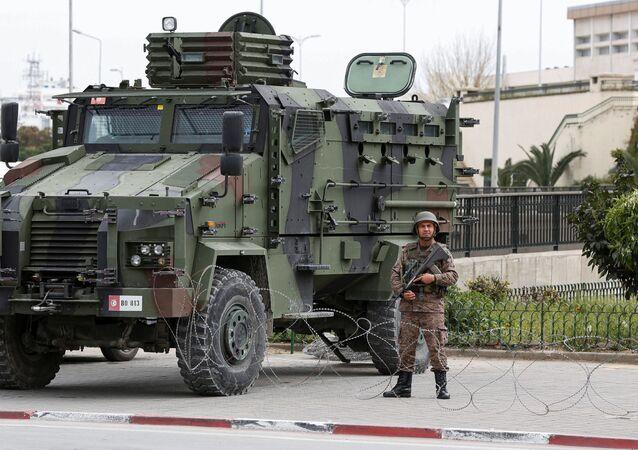 L'armée dans les rues de Tunis pour faire respecter le confinement.