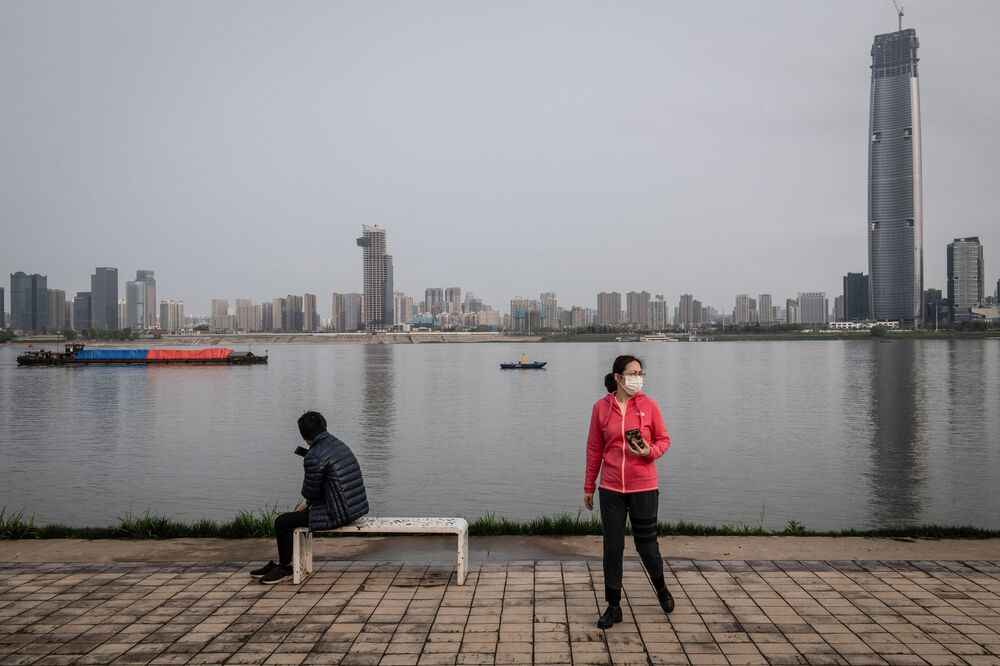 Des habitants de Wuhan portant des masques de protection
