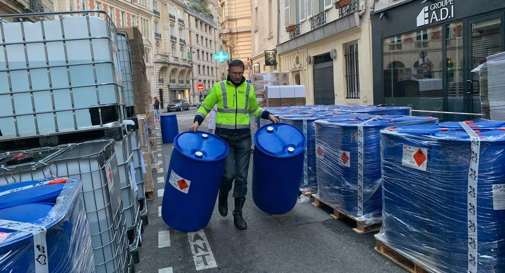 Un laboratoire de production de gel hydroalcoolique en plein air à Paris