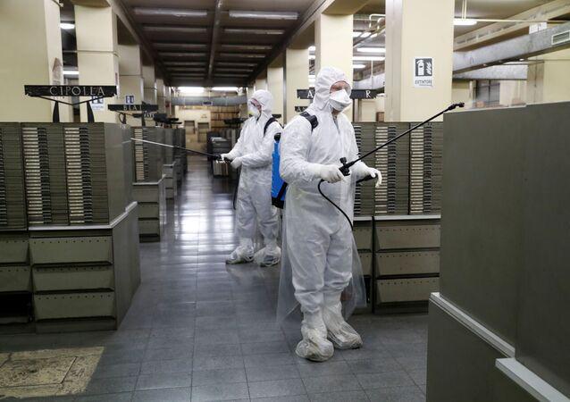 Des nettoyeurs dans les archives du Bureau de l'état civil à Rome pendant l'épidémie de coronavirus