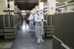 Des nettoyeurs dans les archives du Bureau de l'état civil à Rome
