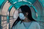Une jeune fille en masque de protection (archive photo)