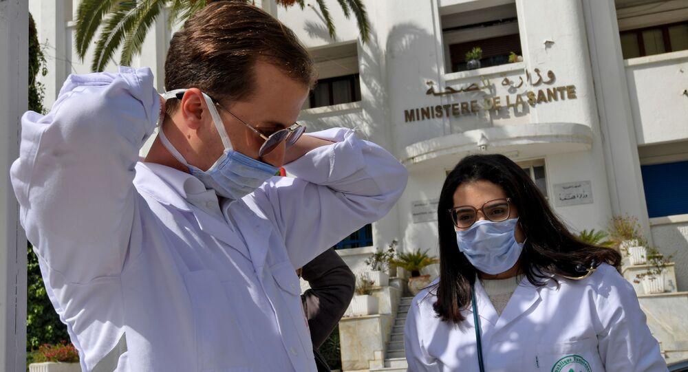 Un médecin et une infirmière tunisiens devant le ministère de la Santé à Tunis.