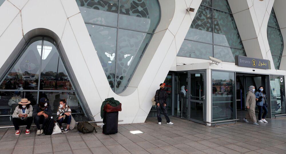 Des touristes en attente de rapatriement à l'aéroport de Marrakech, le 15 mars 2020.