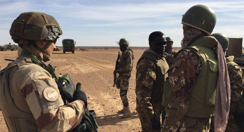 Des soldats maliens et des soldats de la force Barkhane au Mali.