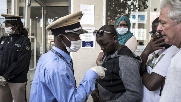 Des personnes font la queue devant le bureau d'Air France à Dakar, le 19 mars 2020. - Sputnik France
