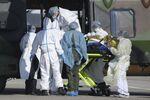 Une équipe médicale prend en charge un patient atteint de Covid-19.
